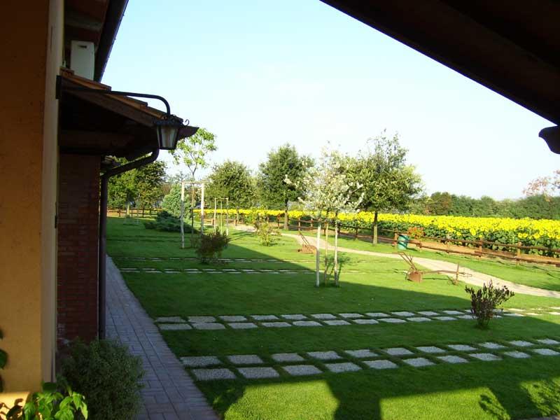 vista prato dietro camere giardino