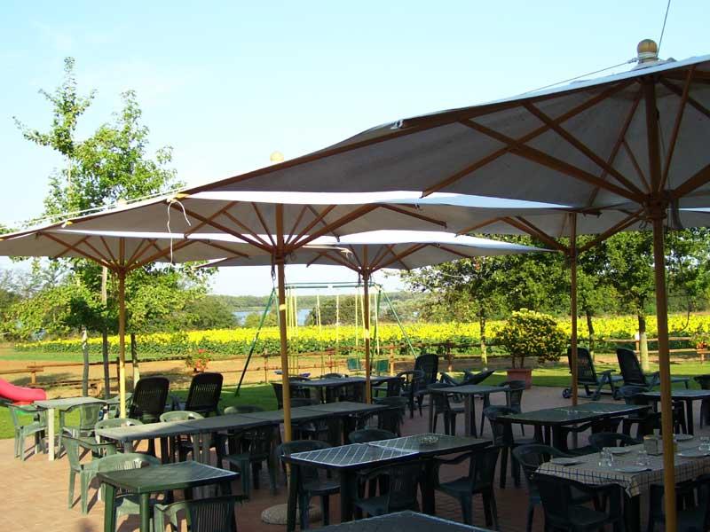 La grande veranda, che nel periodo estivo o nelle belle giornate primaverili si trasforma in un ampio solarium